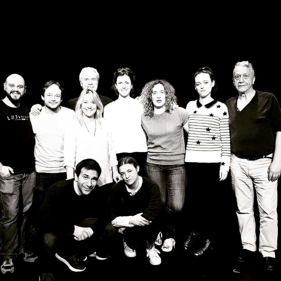 El actor madrileño Daniel Ortiz junto a la directora inglesa Tamzin Townsend y parte del reparto de Las Esposas Españolas, de Mary Pix.